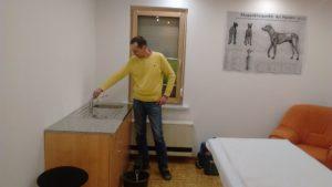 Jetzt in einem Behandlungszimmer: Waschbecken mit fließendem Wasser