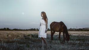 Mädchen mit Pferd 1